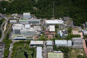 空撮 切り開いた 山に出来た 学校施設 再開発の写真素材 [FYI03121644]
