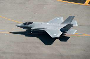 空撮 F-35 戦闘機 地上滑走の写真素材 [FYI03121741]