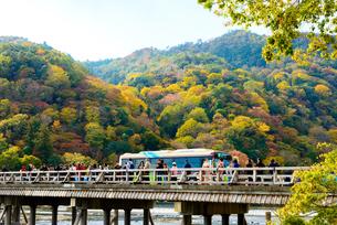 紅葉の京都 嵐山と渡月橋の写真素材 [FYI03121867]