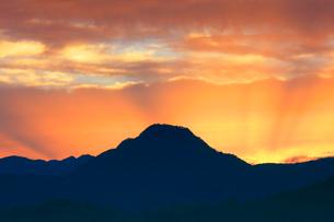 子檀嶺岳と夕焼けの光芒の写真素材 [FYI03122798]
