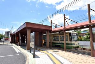 電車バス対面乗り換えの広電廿日市駅の写真素材 [FYI03122895]