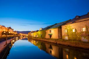 夕暮れの小樽運河の写真素材 [FYI03123091]