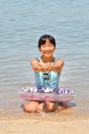 海水浴を楽しむ女の子の写真素材 [FYI03123343]