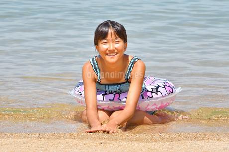 海水浴を楽しむ女の子の写真素材 [FYI03123344]
