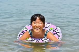 海水浴を楽しむ女の子の写真素材 [FYI03123348]