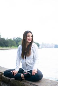 あぐらをかいて座って笑っている女性の写真素材 [FYI03123577]