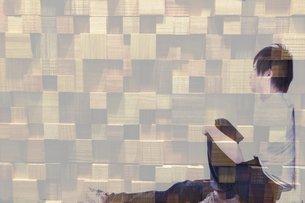 座る男性の写真素材 [FYI03123598]