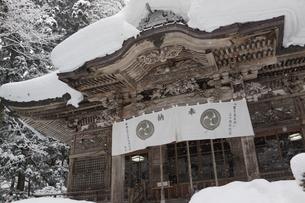 十和田湖の雪の神社の写真素材 [FYI03123732]