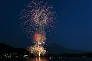 世界文化遺産の富士山と河口湖湖上祭 大・花火大会の写真素材 [FYI03123797]