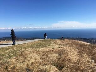 山の上から海を望むの写真素材 [FYI03123941]