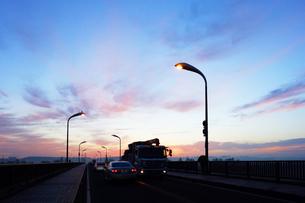 夜明けの道路の写真素材 [FYI03124187]