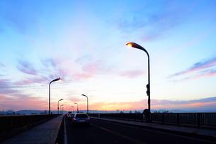 夜明けの道路の写真素材 [FYI03124188]