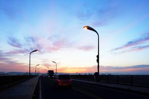 夜明けの道路の写真素材 [FYI03124189]