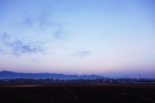 夜明けの道路の写真素材 [FYI03124191]