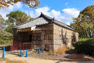 大阪城西の丸庭園・焔硝蔵の写真素材 [FYI03124272]