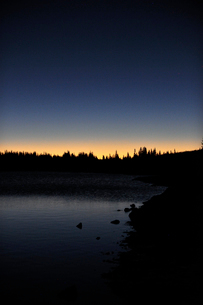 夜明け直前の山岳湖の景色の写真素材 [FYI03124291]