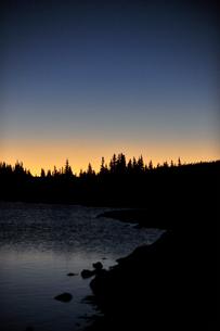 日の出直前の山岳湖の景観の写真素材 [FYI03124301]