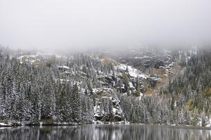 秋の降雪後の山岳湖の景観の写真素材 [FYI03124312]