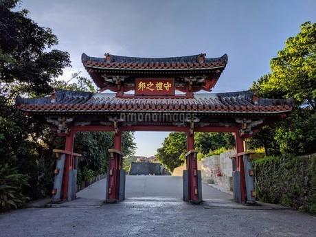 沖縄首里城公園の守礼門の写真素材 [FYI03124338]