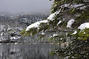 降雪があった秋の山岳湖の景観の写真素材 [FYI03124385]
