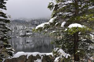 降雪があった秋の山岳湖の景観の写真素材 [FYI03124405]