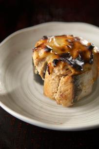 サバ水煮缶詰の味噌チーズ焼きの写真素材 [FYI03124546]
