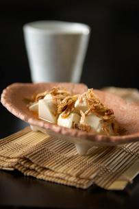 焼酎とすくい豆腐の桜えびがけの写真素材 [FYI03124570]