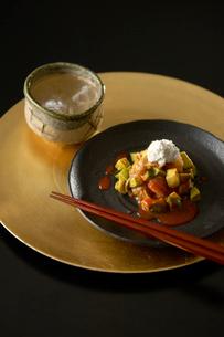 日本酒とアボカドキムチの写真素材 [FYI03124572]
