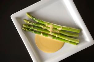 グリーンアスパラの卵黄ソースの写真素材 [FYI03124582]