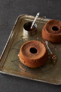 チョコソースをかけるチョコレートシフォンケーキの写真素材 [FYI03124591]