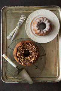 チョコシフォンケーキとココアのクグロフの写真素材 [FYI03124595]