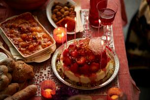 パーティのために用意された 卓上のケーキと料理の写真素材 [FYI03124596]