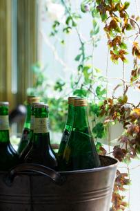 バケツに入ったペリエと瓶ビールの写真素材 [FYI03124608]