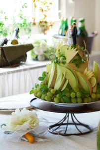 緑のフルーツで飾られたウエディングケーキの写真素材 [FYI03124609]