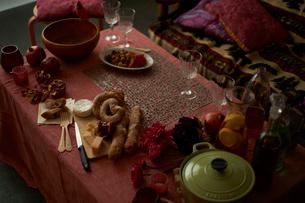 パーティの準備が進められている グラスや鍋ののったテーブルの写真素材 [FYI03124637]