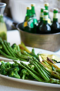アスパラガス、ズッキーニ、ブロッコリーなど緑の野菜の写真素材 [FYI03124642]