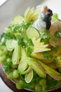 緑のフルーツで飾られた ウエディングケーキの写真素材 [FYI03124648]