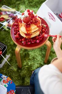 トマトジャムののった パンケーキタワーの写真素材 [FYI03124651]