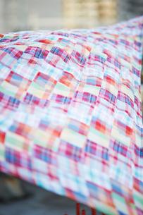 風になびくチェックの布の写真素材 [FYI03124652]