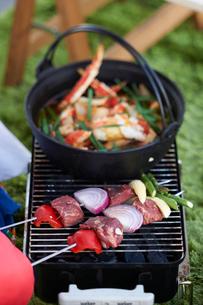 野菜と肉のバーベキューグリルの写真素材 [FYI03124654]