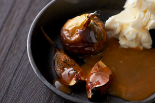 いちぢくのグリルキャラメルソースクリームチーズ添えの写真素材 [FYI03124683]