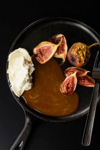 いちぢくのグリルキャラメルソースクリームチーズ添えの写真素材 [FYI03124708]