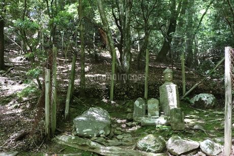 登山道と石仏の写真素材 [FYI03124746]