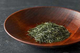 木の器に入れた日本茶葉の写真素材 [FYI03124749]