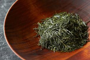 木の器に入れた日本茶葉の写真素材 [FYI03124750]