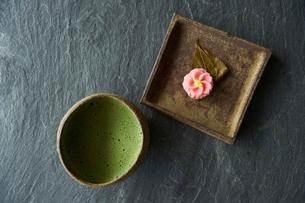 抹茶と桜のお茶菓子の写真素材 [FYI03124781]