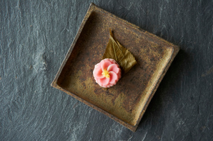 桜のお茶菓子の写真素材 [FYI03124782]
