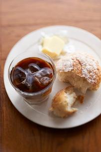 アイスコーヒーとパンの写真素材 [FYI03124803]
