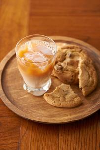 アイスミルクティーとクッキーの写真素材 [FYI03124817]