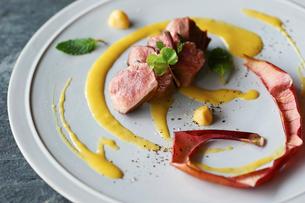 grilled pork Mango sauce  の写真素材 [FYI03124858]